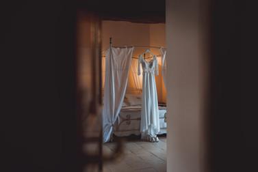 Robe de mariée suspendue avant la mise en robe