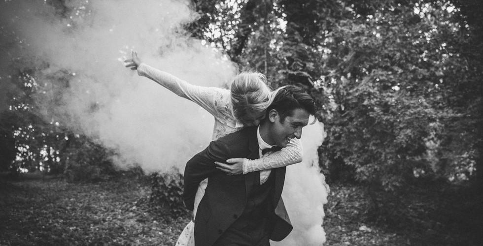 photo mariage de jeunes mariés funky avec fumigènes.