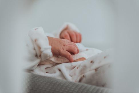 Jolie séance photo de nouveau-né et bébé à domicile en Bretagne