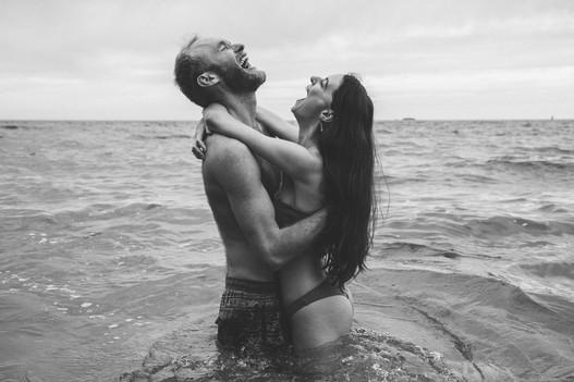 Jolie séance couple lifestyle dans l'eau à la mer près de Nantes