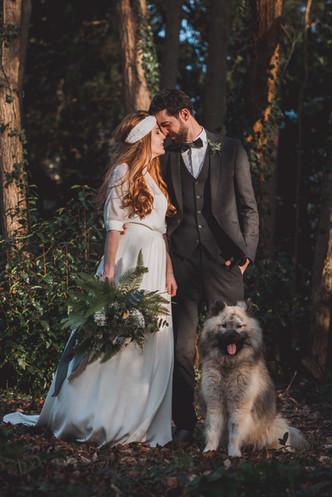 mariage en hiver en forêt avec un chien