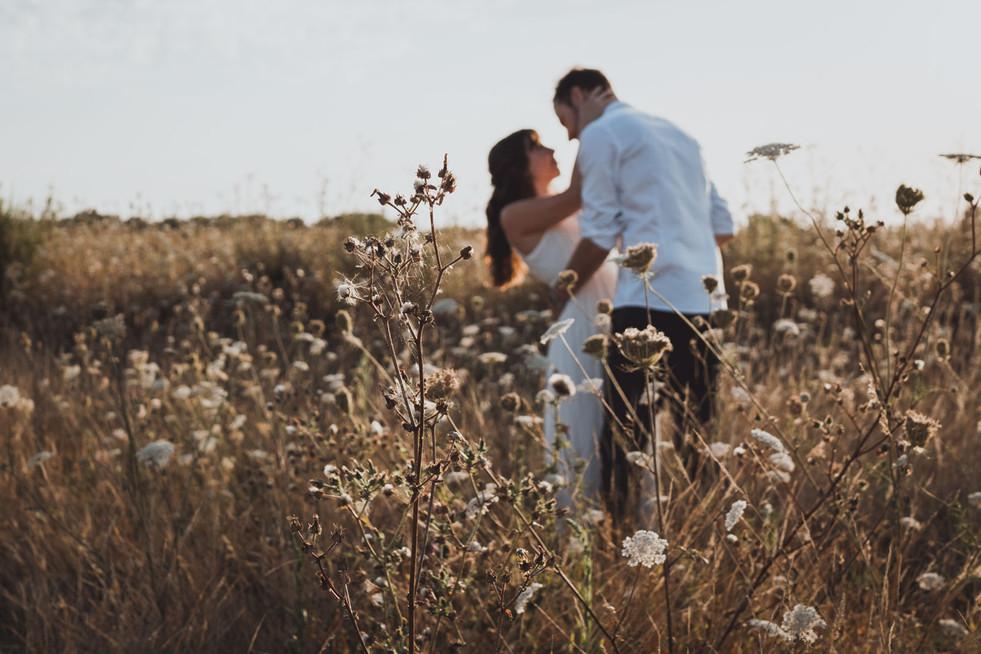 Jolie shooting photo d'amoureux en Bretagne dans les champs
