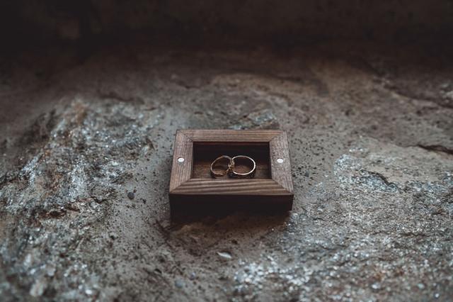photos d'alliances style bohème dans boîte en bois