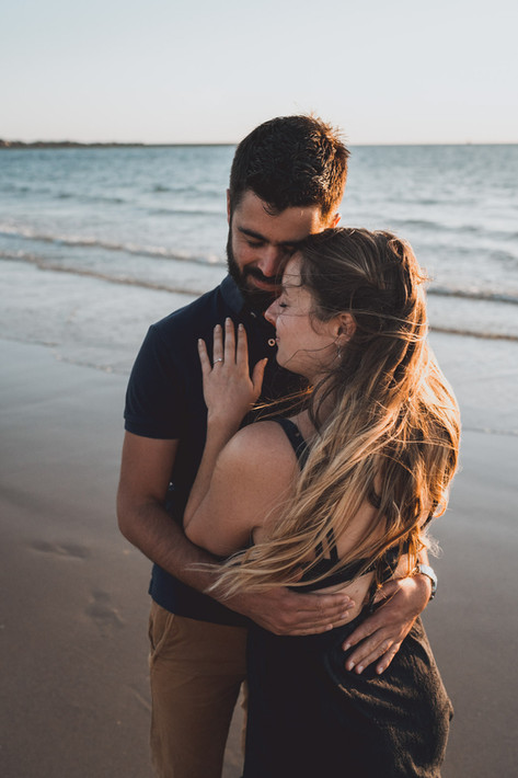 Photos de couple à la plage au coucher du soleil à Saint-Hilaire de Riez