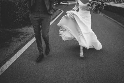 des mariés funky pendant leur séance couple