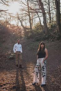 Séance photo engagement couple dans les bois en forêt