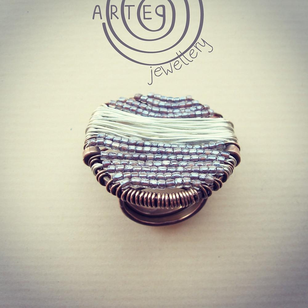 Cucito 1 anello in rame, filo di rame argentato e perline.jpg