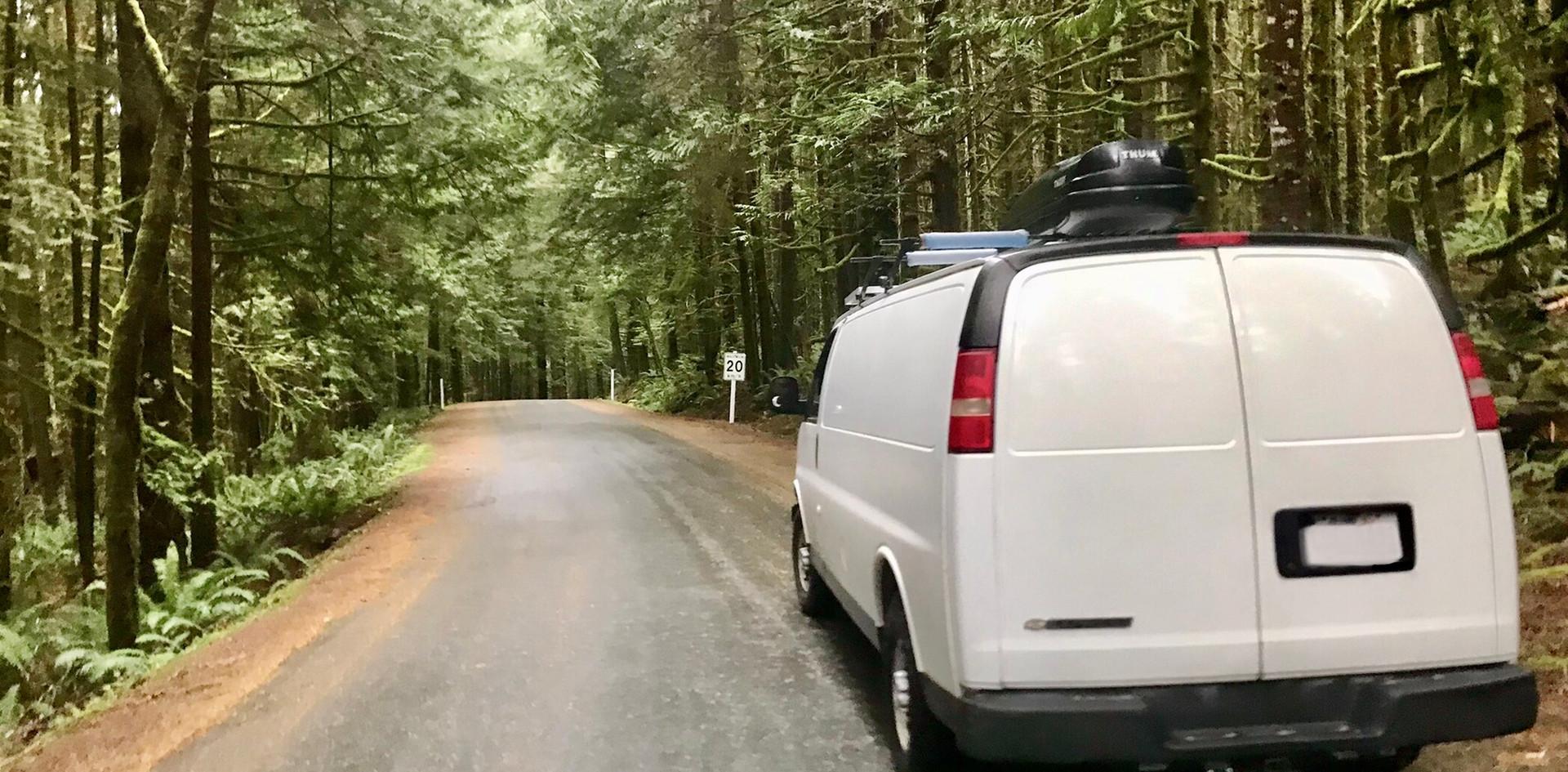 Van sur une route forestière pittoresque