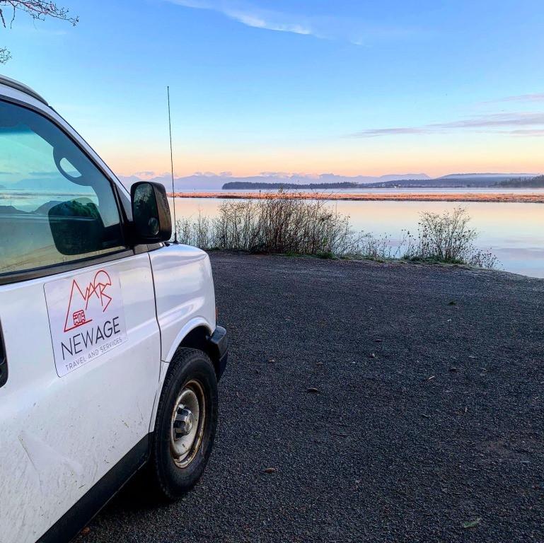 Travailler au bord d'un lac paisible
