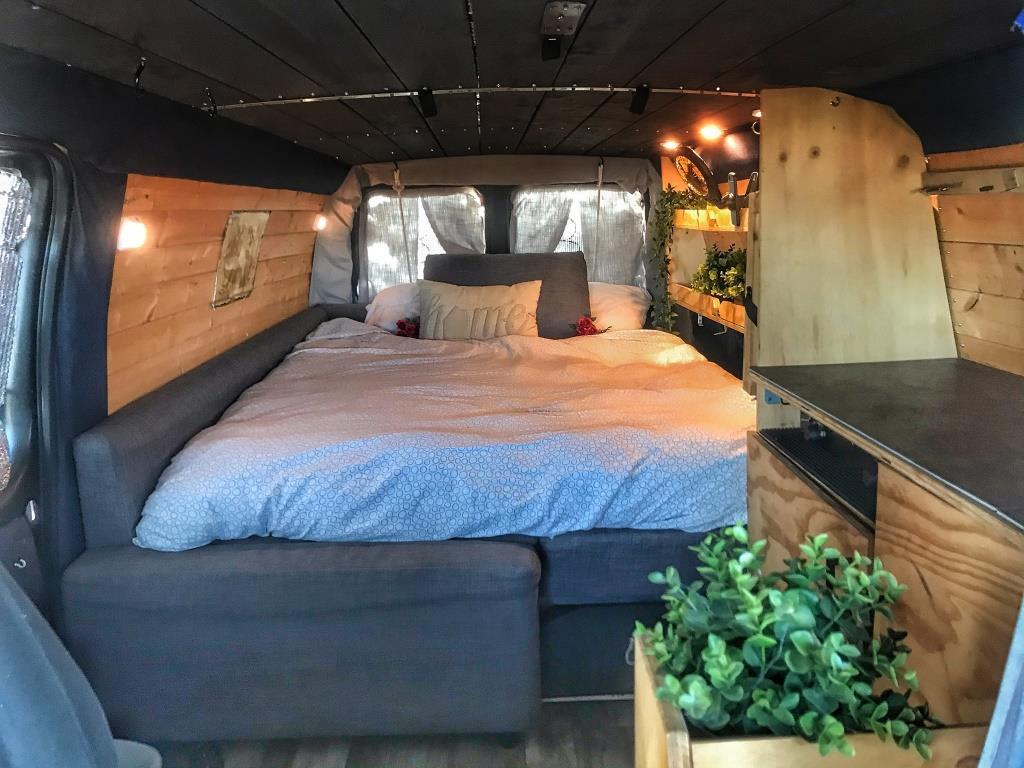 Long lit dans le camping-car