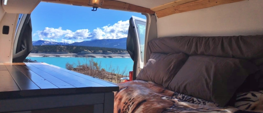 Camper van avec vue sur le lac