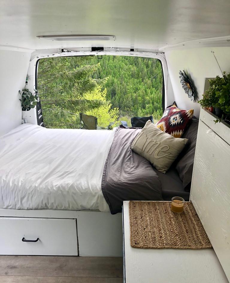 Dans la van regardant la forêt