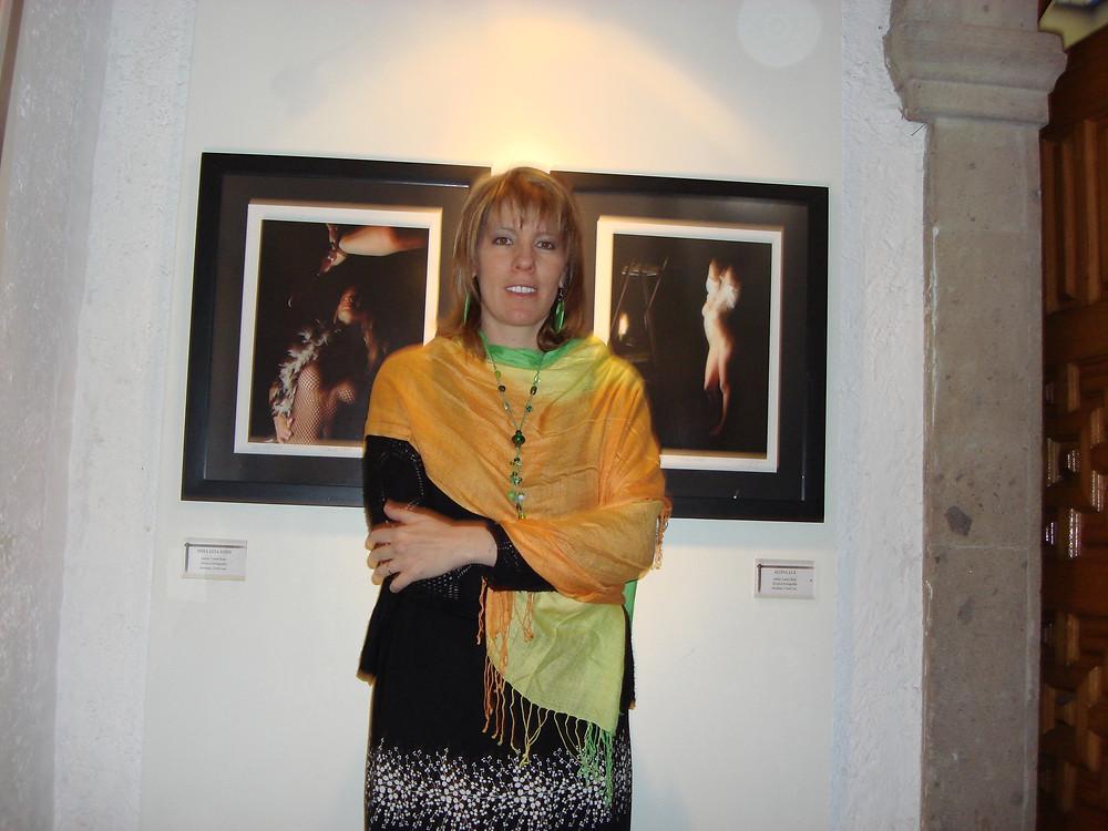 """Laura Rojo, en su 2a exposición: """"El Segundo Sexo"""", Marzo 2008. Obras: """"Mira esta foto"""" y """"Altiva Luz"""". Casa de la Cultura de Azcapotzalco."""