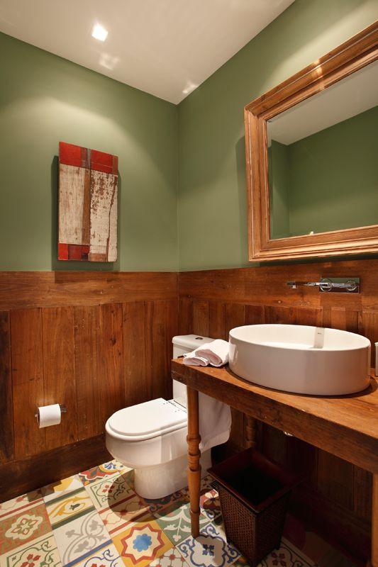 banheiro com parede verde