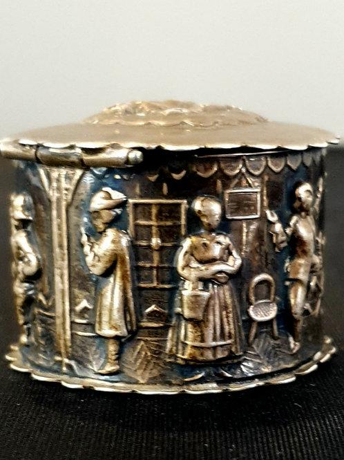 An Edwardian decorativesilver round box