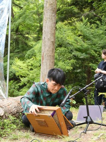 "Exibition""Le jardin Convivial"" at  Kyoto Botanical Garden     Jukan Tateishi""Abiotope""with Maria Abe, performance,2019.5  ©Yuu Takagi"