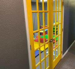 ¿Qué hay detrás de estas grandes puertas amarillas?