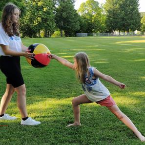 Trainerin Annabelle Heinze mit Fechtschülerin Hanne (2).jpg