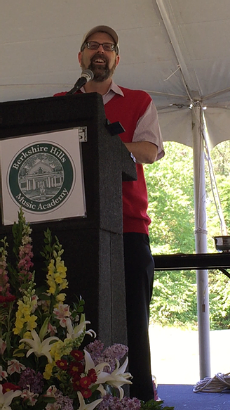 Image of Stephen Shore delivering the commencement address.