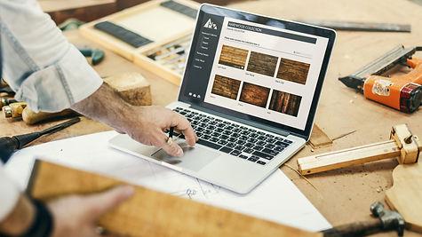 Schreiner bei der Projektplanung am Laptop