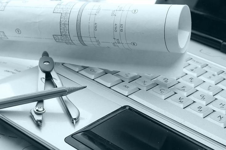 Projektplan, Laptop, Zirkel und Bleistift