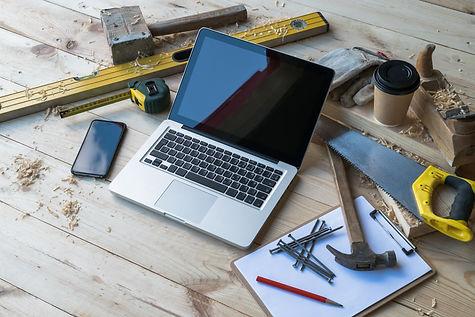 Schreinerwerkzeug und Laptop