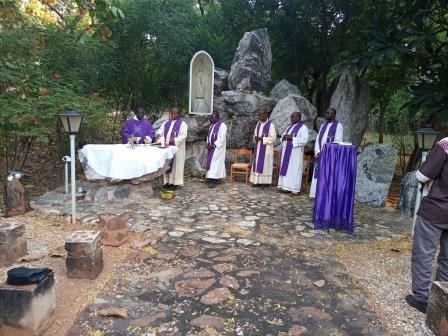Messe à la grotte de la Procure des miss