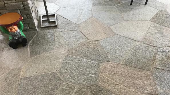Pavimenti in pietra per interni Albese con Cassano