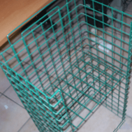 Esempio di portariviste realizzato con rete metallica.