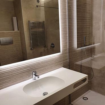 Imballaggio e montaggio di specchiere per bagni