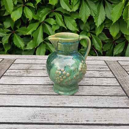 grønn keramikk vinmugge druer