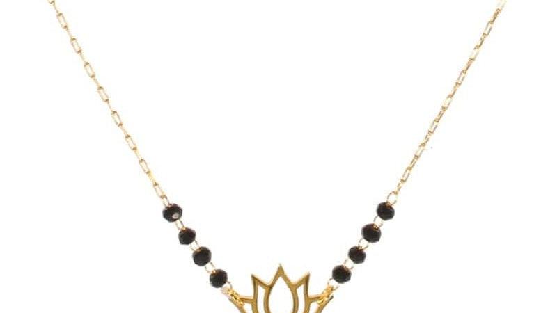 Collier avec pendentif fleur de lotus en acier doré, perles de couleur noire