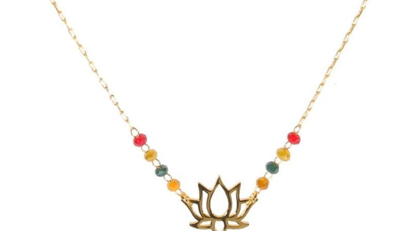 Collier avec pendentif fleur de lotus en acier doré, perles multicolores