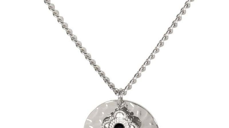 Collier avec pastille martelée et pendentif en acier argenté et pierre de coul