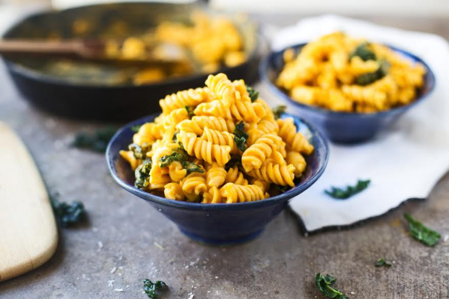 Mac and Cheese spirals with spinach.