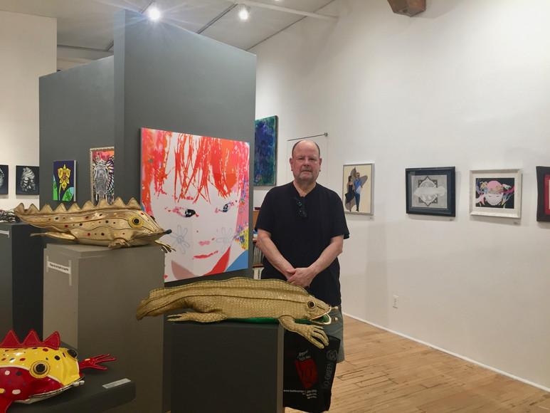 画廊オーナーのAlan Gaynorさん。  ユニークな作品群に大興奮!