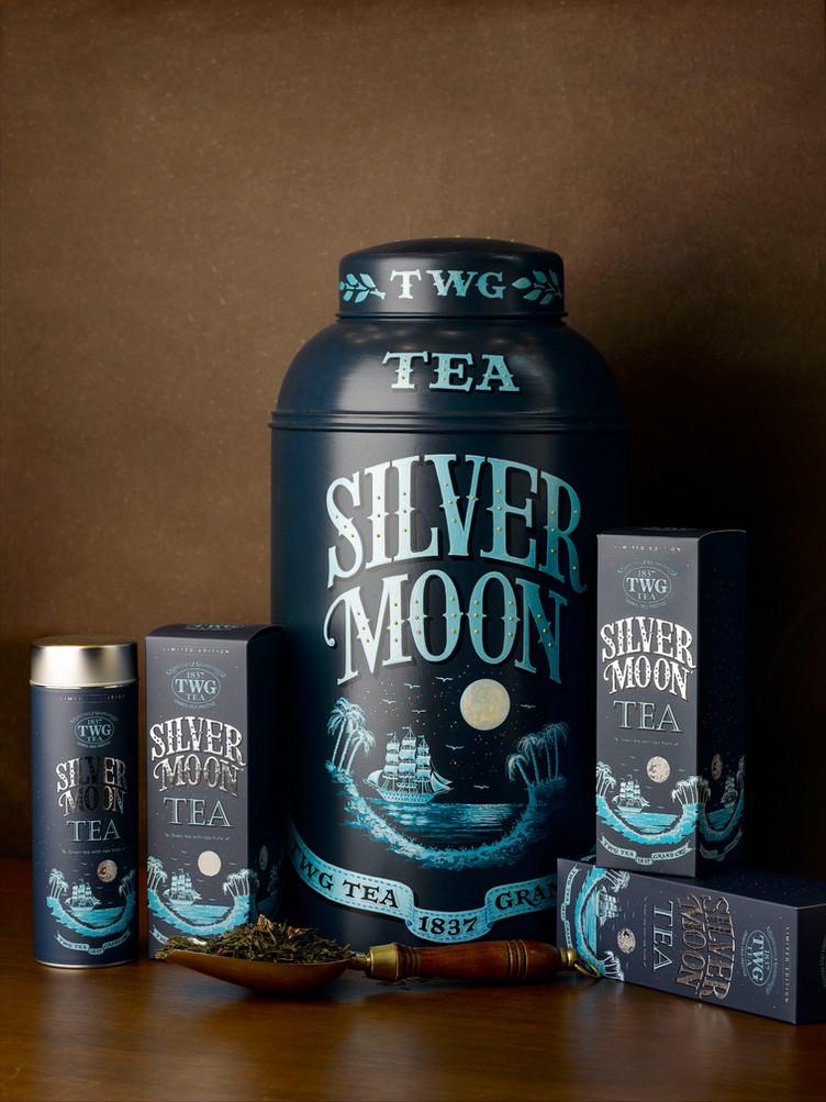 美しい月と、上品な緑茶を楽しむ