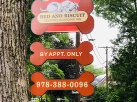 Bed and Biscuit Country Boarding Inn sign.JPG