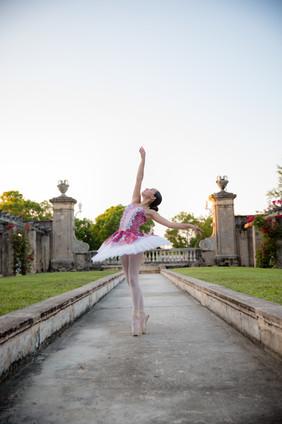 Ballerina on pointe in miami park