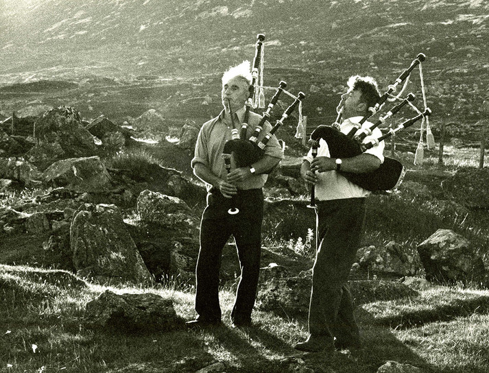 Pipers warming up for Harris wedding, 1977
