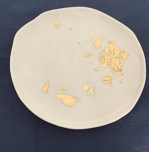 assiette en porcelaine avec feuilles d'or