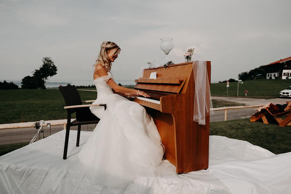 Julia Hertel spielt Klavier an ihrem Hochzeitstag