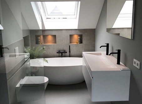 Een badkamer met schuin dak of schuine wanden