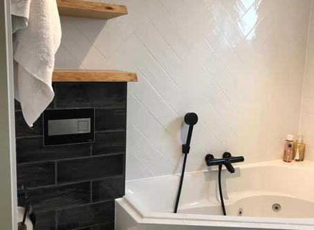 Mix van stijlen: kleine badkamer inspiratie met bubbelbad!