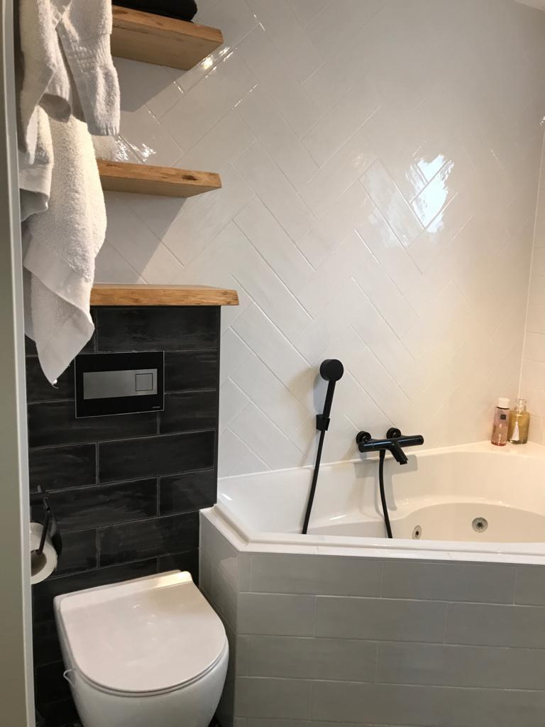 Beste Mix van stijlen: kleine badkamer inspiratie met bubbelbad! QI-97