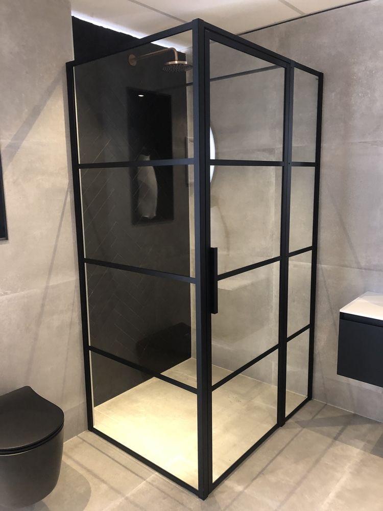 Gave industriele badkamer inspiratie met zwart stalen douchecabine, grijze 60x60 betonlook tegels en zwart toilet