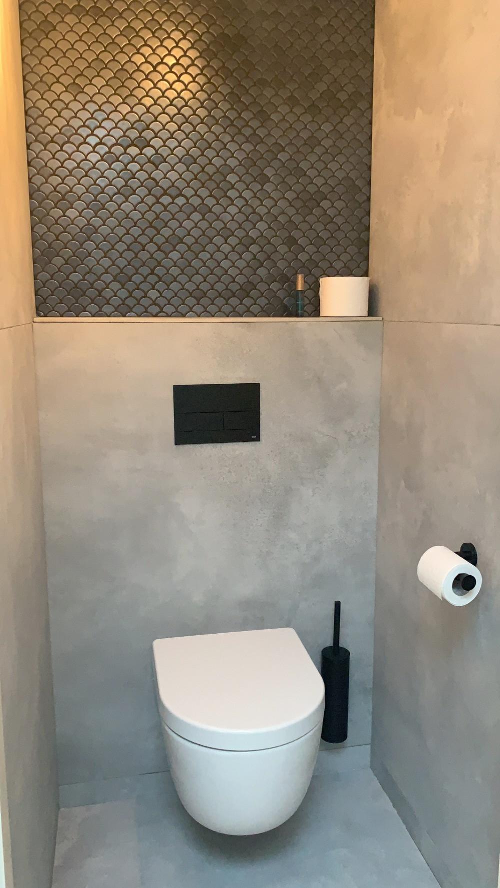 Betonlook toilet met 120x120 betonlook tegels en visschub antraciet mozaiek tegels