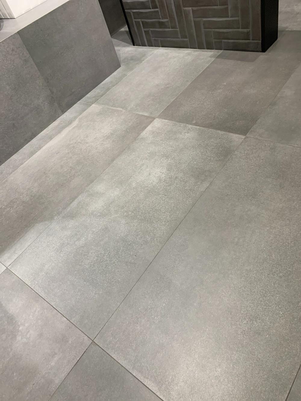 Groot formaat 60x120 betonlook tegels voor de vloer en wand.