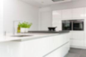 Witte strakke moderne keuken met wit bla