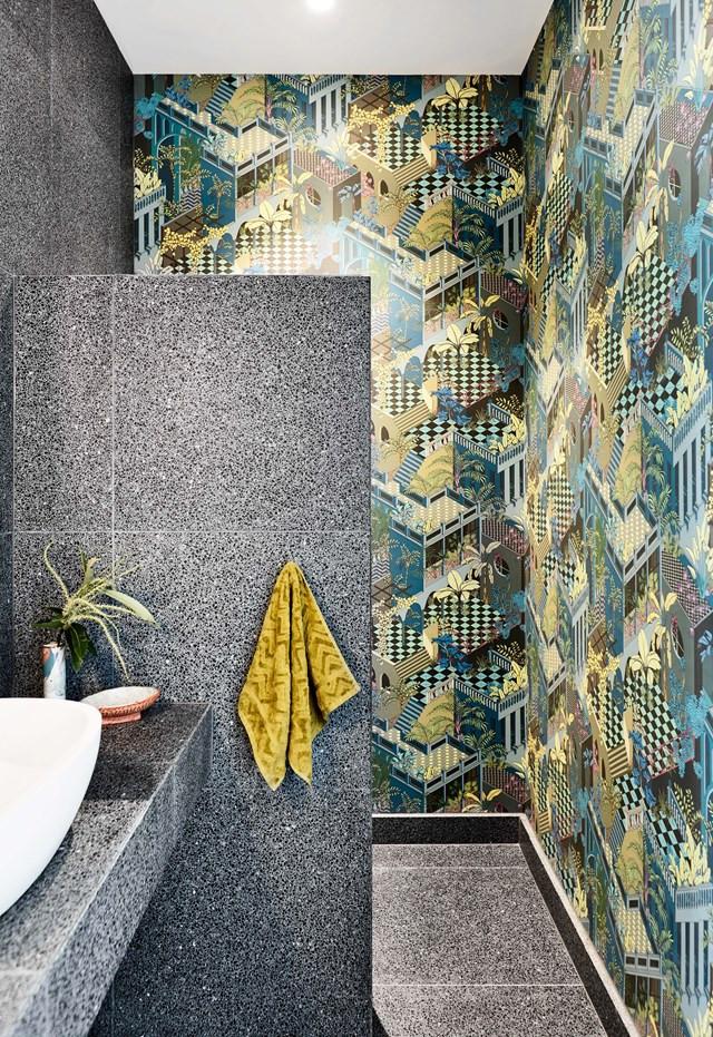 Moderne badkamer met antraciet terrazzo tegels en behang in de badkamer